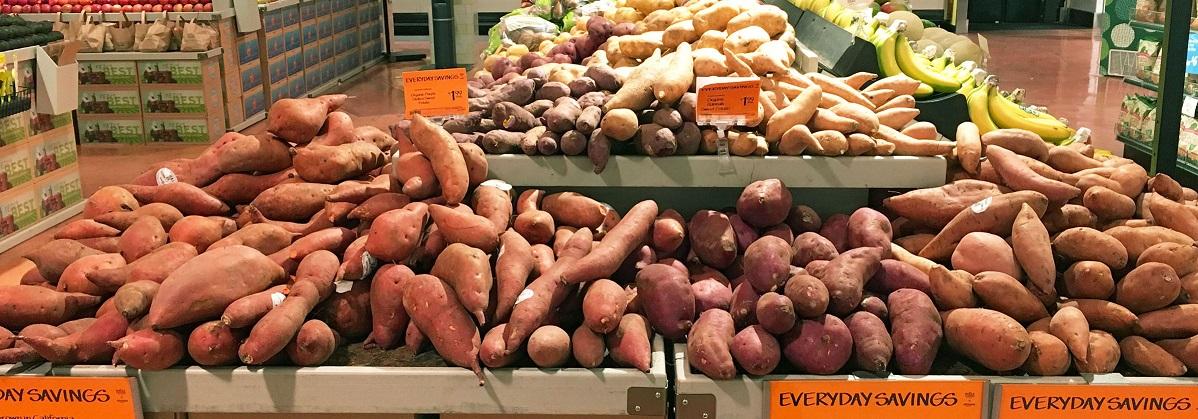 写真・図版 : 米国のスーパーマーケットに並ぶに様々な品種の「オーガニック」な甘藷。日本のサツマイモもとてもポピュラーである=米国シアトルのホールフーズで、著者撮影