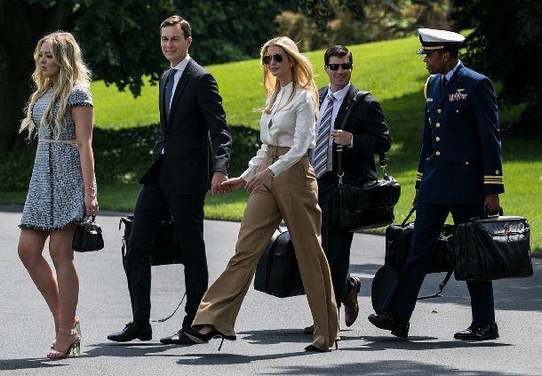 写真・図版 : ホワイトハウスで待つ専用ヘリに向かうイバンカ・トランプ⽒( 左から3⼈⽬)とクシュナー⽒( 同2⼈⽬)=2018年6月1日(ランハム裕⼦撮影)