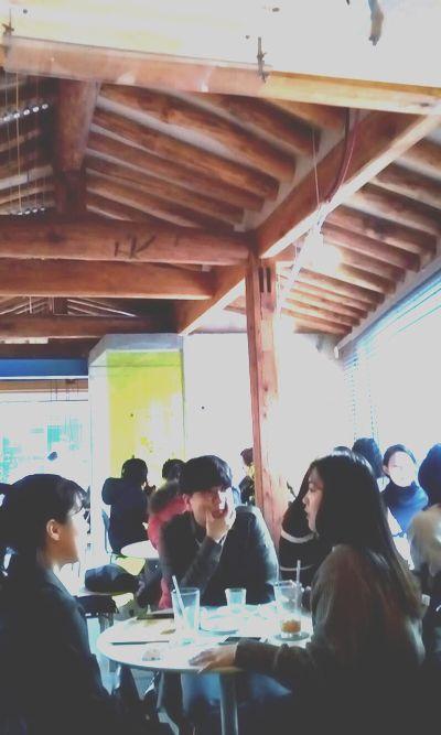 写真・図版 : 古民家の柱や屋根を生かしたソウルのカフェ。若者でいっぱいです。