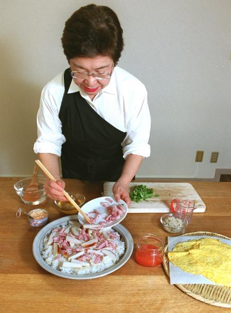 手間のかからない「のせかけ寿司」というちらし寿司を作る小林カツ代さん=東京都杉並区西荻北の小林カツ代キッチンスタジオで 2014