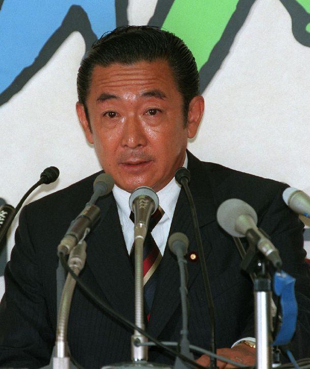 写真・図版 : 参院選惨敗を受けて開かれた記者会見で退陣表明する橋本龍太郎首相=1998年7月13日、東京・永田町の自民党本部