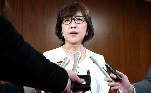 写真・図版 : 国会内で記者の質問に答える稲田朋美元防衛相=2018年4月5日