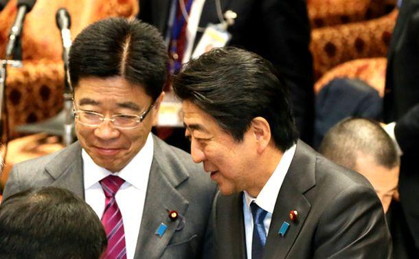 写真・図版 : 衆院予算委のあと、安倍晋三首相と加藤勝信厚労相(左)=2018年2月22日