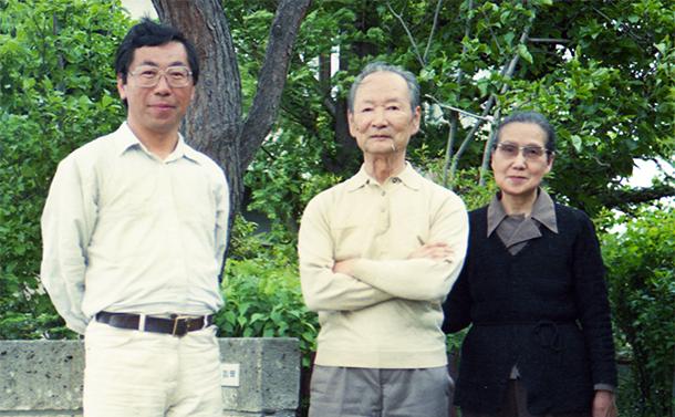 写真・図版 : 田淵行男さん(中)と日出子夫人(右)、筆者=1980年ごろ、