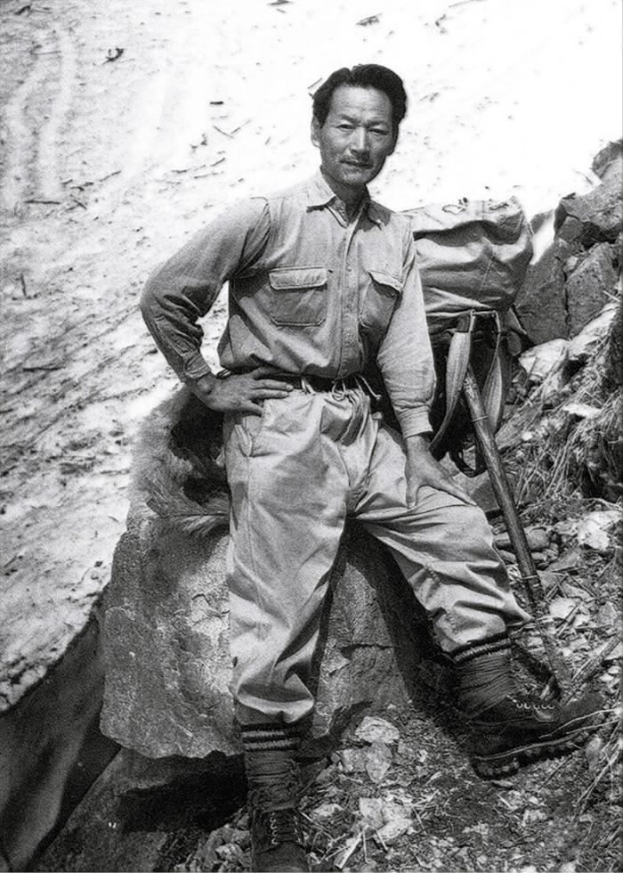 写真・図版 : 田淵行男さん=1955年、常念一ノ沢(田淵行男記念館蔵)