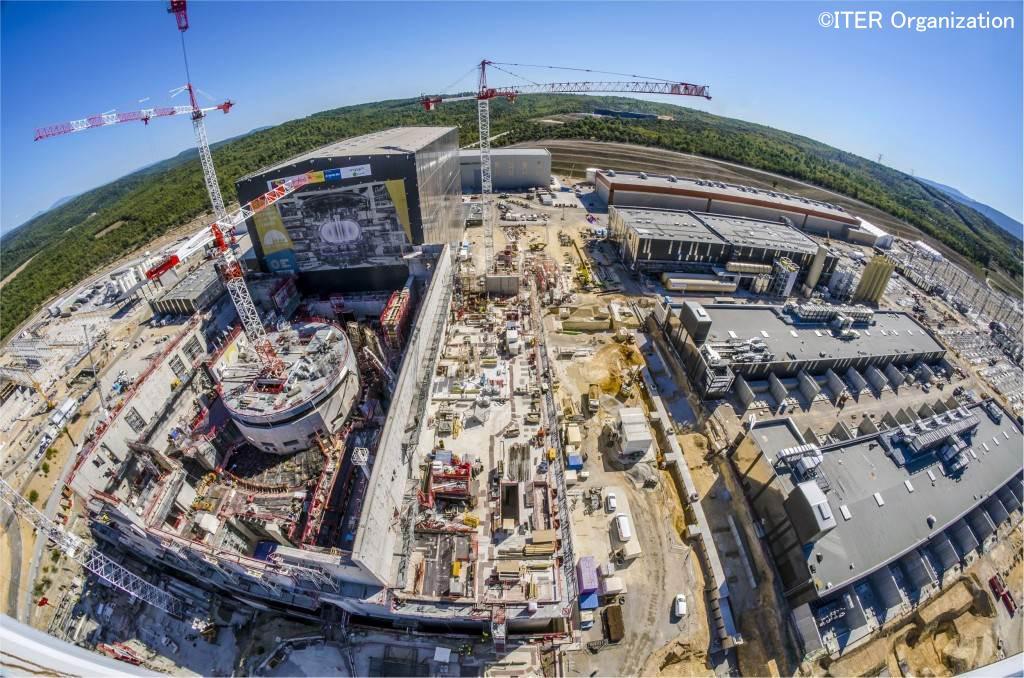 写真・図版 : フランスで建設が進む国際熱核融合実験炉ITER=ITER機構のウェブサイトから