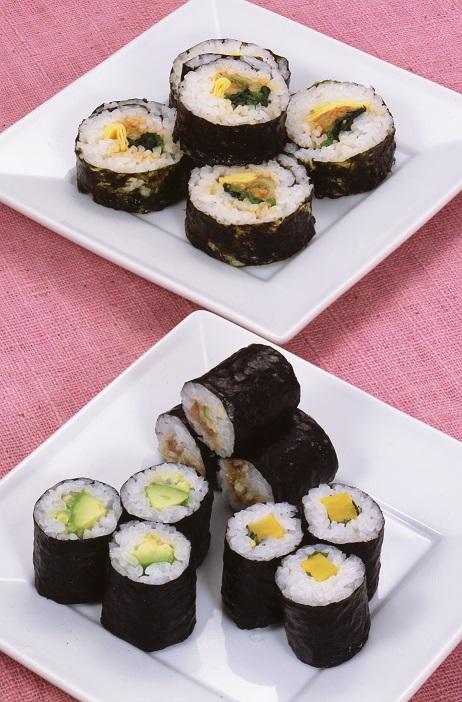 写真・図版 : 韓国式のり巻き、キムパ。ごま油が食欲をそそります。