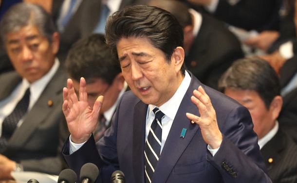 写真・図版 : 小川淳也氏の質問に答弁する安倍晋三首相=2019年2月4日