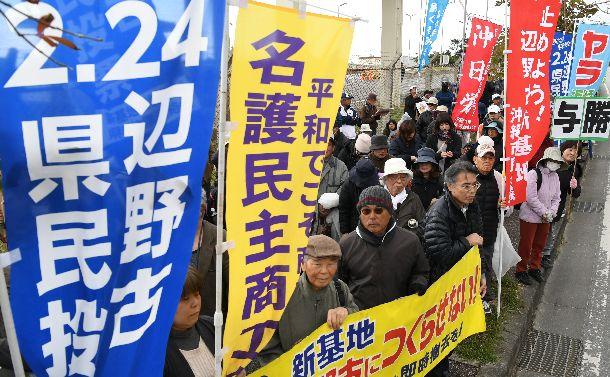 県民投票を前に、米軍キャンプ・シュワブのゲート前で開かれたキックオフ集会に参加した人たち=2019年1月26日、沖縄県名護市