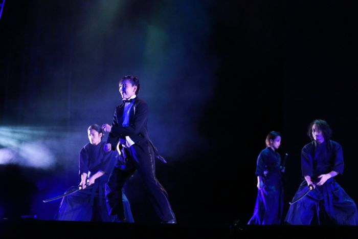 写真・図版 : 『KEREN』より、「剣舞とタップ」=桑島写真スタジオ