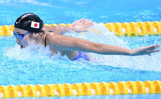 写真・図版 : ジャカルタ・アジア大会女子400mメドレーリレーで力泳をみせる池江璃花子=2018年8月23日、ジャカルタ