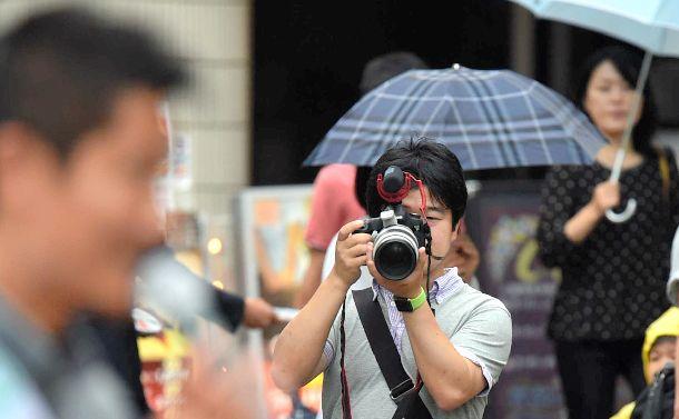 ネット選挙に対応するため、SNS用に候補者を撮影する選挙事務所のスタッフ