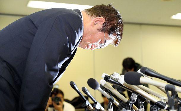 辞意表明後の記者会見で謝罪する泉房穂・明石市長=2019年2月1日、兵庫県明石市