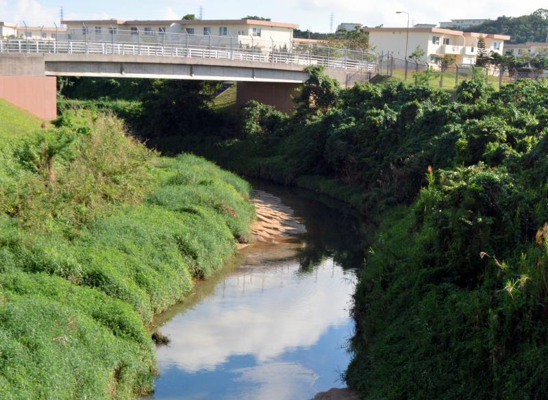 写真・図版 : 嘉手納基地の周辺を流れる比謝川=2018年11月、沖縄県沖縄市、伊藤和行撮影