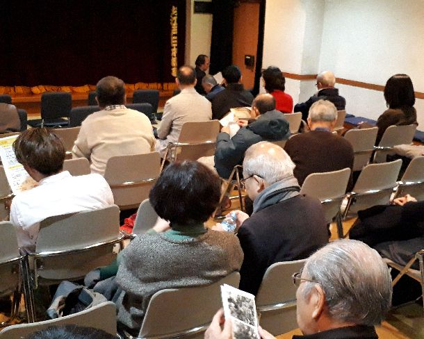 写真・図版 : お江戸日本橋亭の客席。開演を前に次第に埋まってきた=2019年1月17日、東京都中央区日本橋本町(筆者撮影)