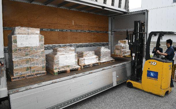 写真・図版 : トラックに積み込まれる自治体に発送される県民投票の用紙=2019年2月7日、沖縄県糸満市