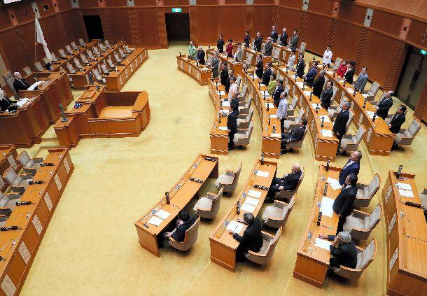 県民投票条例の改正案を賛成多数で可決した沖縄県議会=2019年1月29日、那覇市