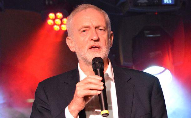 写真・図版 : 英国のコービン労働党党首=2017年9月25日、英南東部ブライトン
