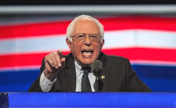 写真・図版 : 民主党全国大会で演説するサンダース上院議員=2016年7月25日、ペンシルベニア州フィラデルフィア