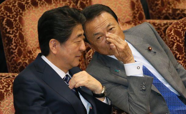 写真・図版 : 安倍首相と麻生財務相
