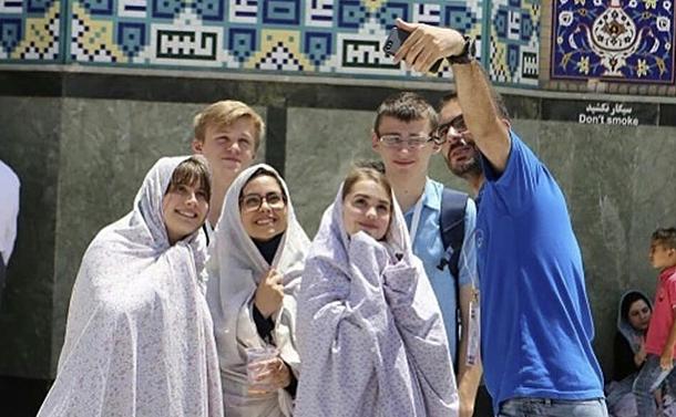写真・図版 : 交流する大会参加者たち=2018年7月のイラン大会(大会本部提供)