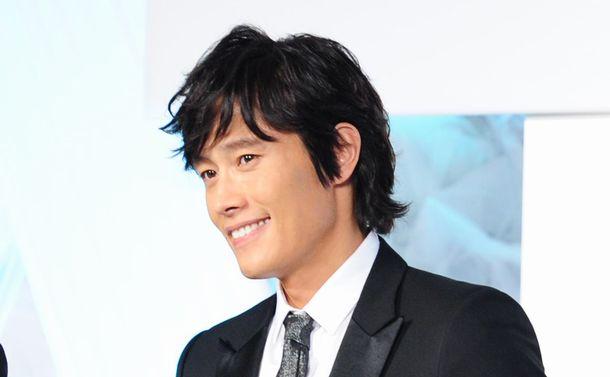 写真・図版 : 韓流スターの草分けの一人、イ・ビョンホンさん。TBS系「アイリス」で秘密機関員役がはまりました。