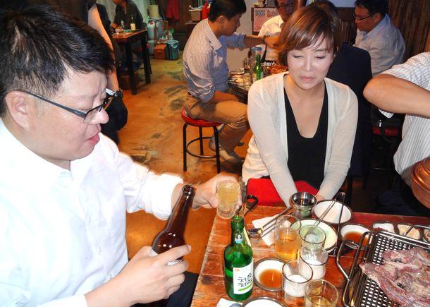 写真・図版 : 韓国のビールは、味を楽しむというよりは焼酎と混ぜる「爆弾酒」の材料だったような…。これは2011年の風景です。