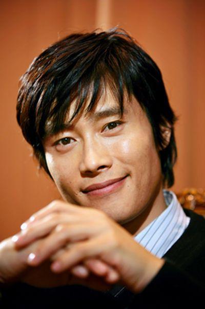 写真・図版 : 韓流スターの草分けの一人、イ・ビョンホンさん。TBS系「アイリス」で秘密組織機関員役がはまりました。