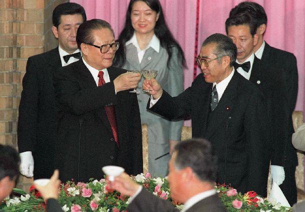 写真・図版 : 首相主催の夕食会で、乾杯をする江沢民・国家主席(左)と小渕恵三首相=1998年11月27日、首相官邸