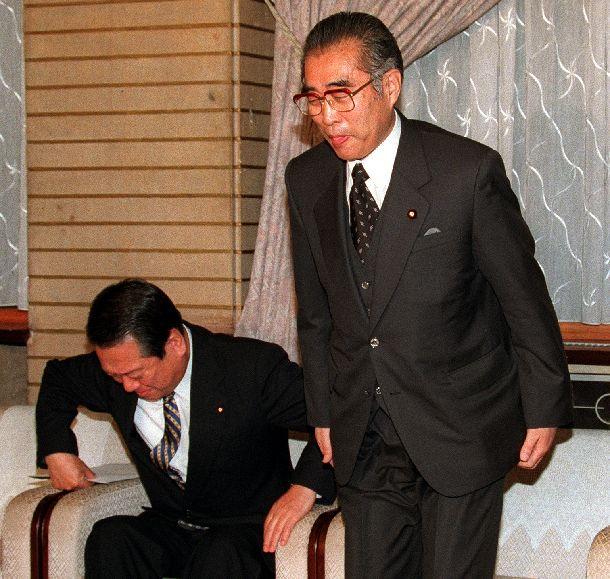 写真・図版 : 入院する7時間前、小沢自由党党首(左)と自自公三党首会談に臨む小渕首相=2000年4月1日、首相官邸