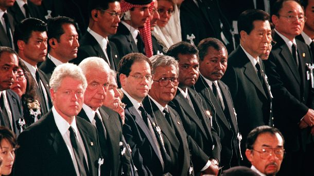 写真・図版 : 小渕氏の葬儀に参列したクリントン米大統領(左端)や金大中韓国大統領(右端)ら海外要人=2000年6月8日、日本武道館