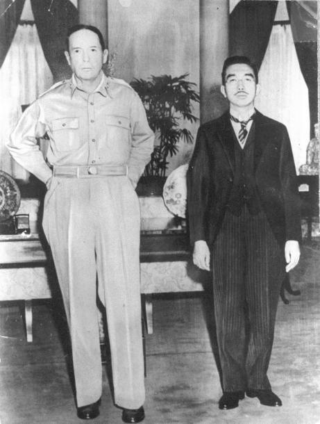 1945年9月27日、昭和天皇とマッカーサーが米国大使館で初めて会談した際の2人の写真