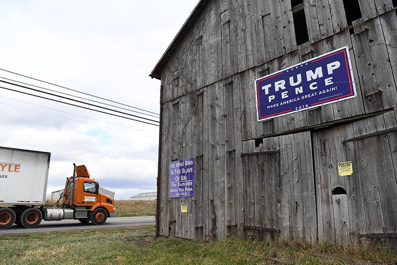 写真・図版 : 2016年大統領選でのトランプ支持の看板が今も残る=2019年1月、米ペンシルベニア州、金成隆一撮影