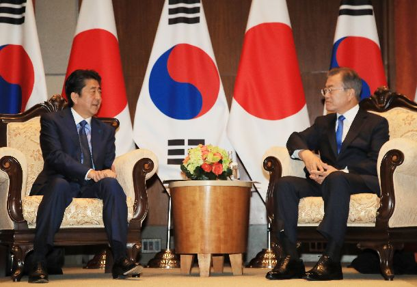 写真・図版 : 首脳会談に臨む安倍晋三首相(左)と韓国の文在寅大統領=2018年9月26日、ニューヨーク