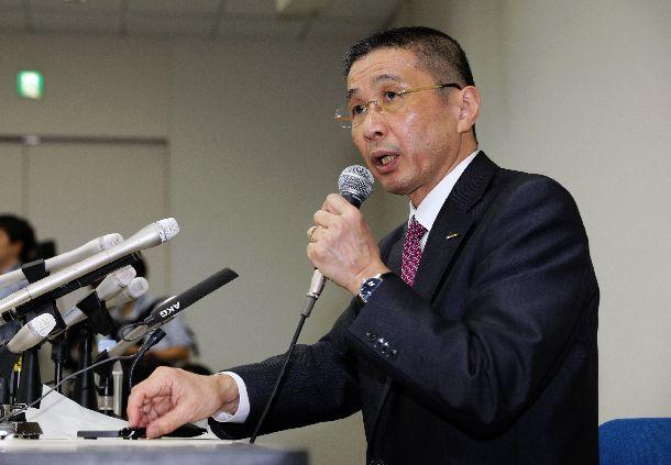 写真・図版 : カルロス・ゴーン会長の逮捕を受け、記者会見する日産自動車の西川広人社長=2018年11月19日、横浜市西区