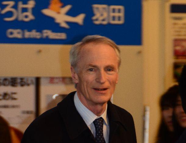 写真・図版 : 日本からフランスへ帰国の途につく仏ルノーのジャンドミニク・スナール会長=2019年2月16日、羽田空港