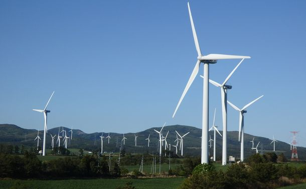 写真・図版 : 「むつ小川原地区」を中心とした一帯は風力発電が盛んだ=2017年5月、青森県六ケ所村