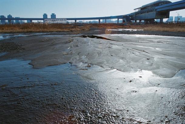 写真・図版 : 東日本大震災で液状化した豊洲新市場予定地=2011年3月14日 撮影・筆者