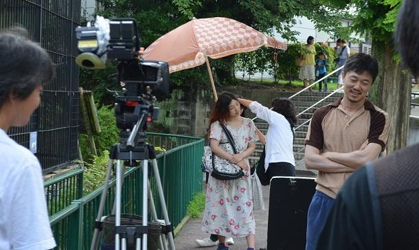 写真・図版 : 映画『百円の恋』の撮影現場で安藤サクラさんと新井浩文被告(右)=2014年、周南市の徳山動物園