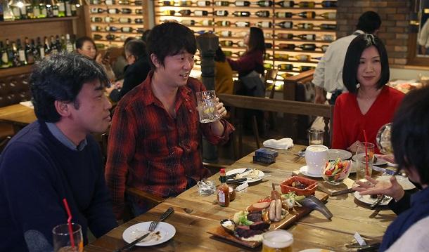 写真・図版 : テレビ番組「美しき酒呑みたち」(BSフジ)の収録で(左から2人目)=2017年、富山市