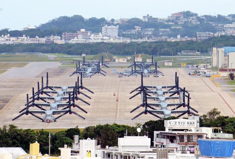 写真・図版 : オスプレイが並ぶ米軍普天間飛行場=2018年2月10日、沖縄県宜野湾市