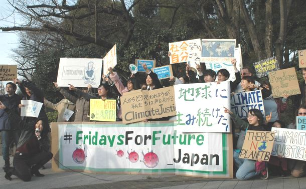 写真・図版 : 温暖化対策を呼びかける学生たち=2019年2月20日、国会議事堂前で