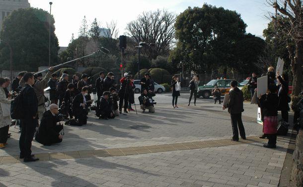写真・図版 : 参加者よりも報道陣の方が多かった.