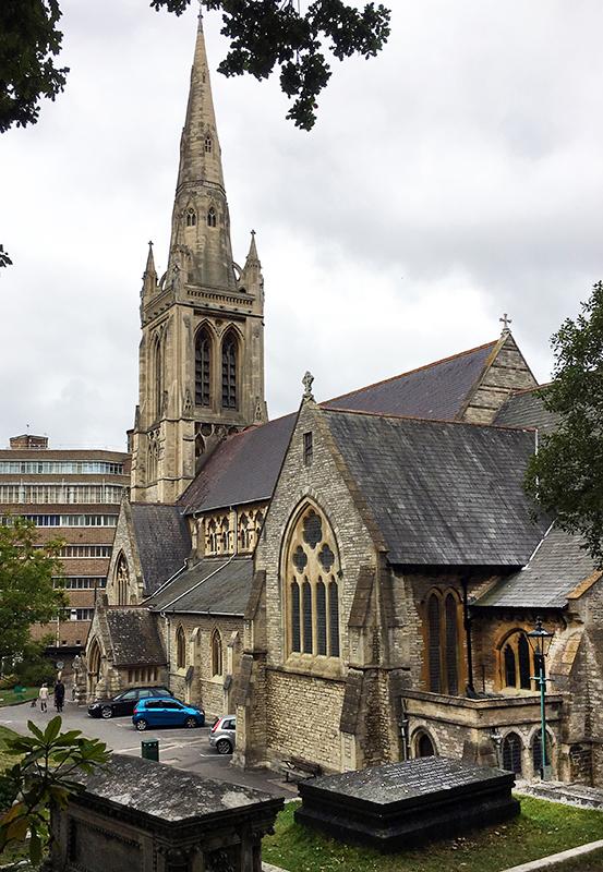 写真・図版 : 英ボーンマスにあるメアリー・シェリーの墓(手前右)と聖ピーター教会(筆者撮影)