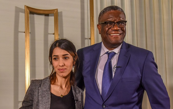 写真・図版 : 2018年のノーベル平和賞を受賞したイラクの人権活動家ナディア・ムラドさん(左)とコンゴの産婦人科医デニ・ムクウェゲさん。戦時性暴力に対する活動が評価された