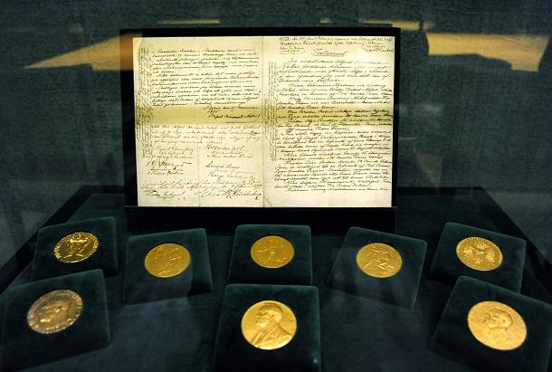 写真・図版 : ストックホルムのノーベル財団本部に展示されているアルフレッド・ノーベルの遺言書