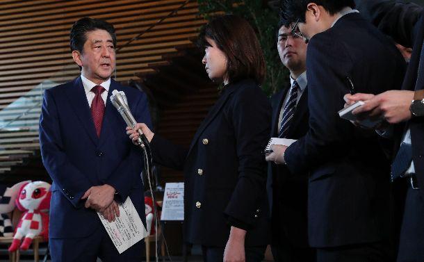 写真・図版 : 沖縄県民投票の結果を受け、記者の質問に答える安倍晋三首相=2019年2月25日午前7時29分、首相官邸