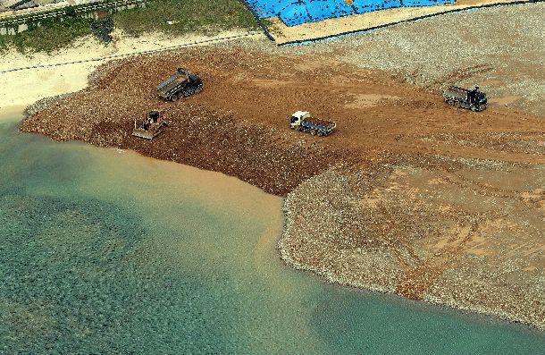 写真・図版 : 県民投票後も土砂投入が続き、海面が濁る辺野古=2019年2月25日午後、沖縄県名護市、朝日新聞社機から