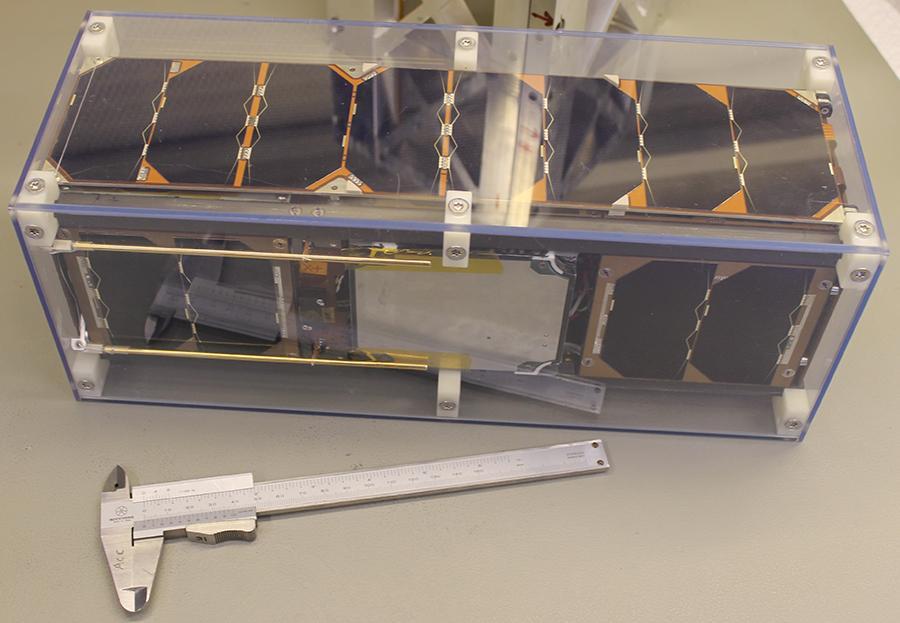 写真・図版 : 透明ケースに収納されたストックホルム工科大のキューブサット「SEAM 3U」(ニコライ・イブチェンコ博士提供)
