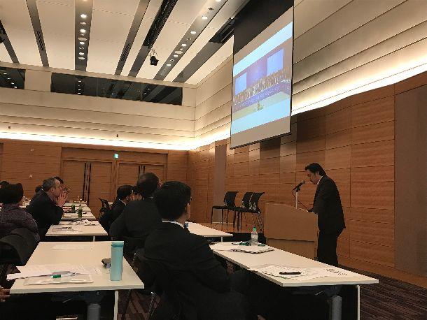 写真・図版 : シンポジウムで発表する「NGO2030」のメンバーで、 ジャパン・プラットフォーム共同代表/CWS Japan 事務局長の小美野剛氏(右)=2019年3月1日